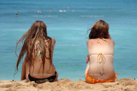 日光浴する若い女性の写真素材 [FYI00321456]