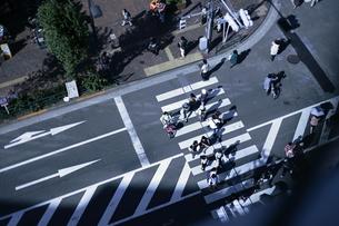 横断歩道を渡る人々の写真素材 [FYI00321488]