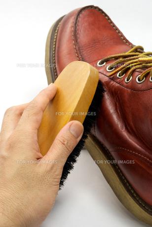 茶色のブーツの掃除の写真素材 [FYI00321537]