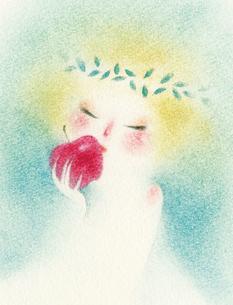 林檎に口づける少女の写真素材 [FYI00321540]