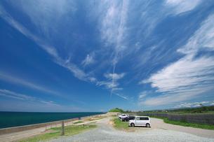 海と青空と海岸の駐車場の写真素材 [FYI00321628]