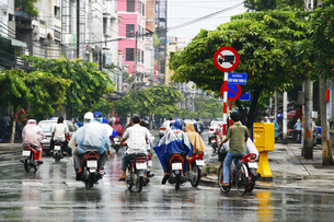 ベトナム雨中のバイクの素材 [FYI00321768]