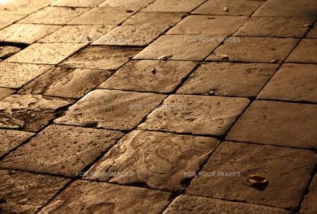 夕暮れ時の石畳の素材 [FYI00321800]