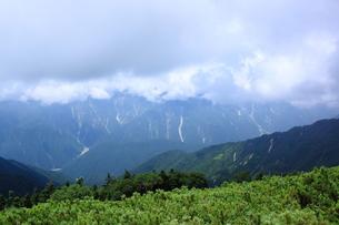 雲に隠れる山々の素材 [FYI00321919]