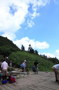 登山客でにぎわう山荘前の写真素材 [FYI00321931]