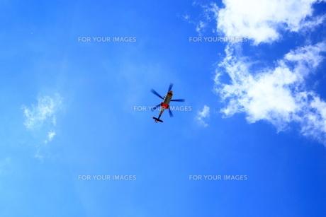 青空とヘリコプターの写真素材 [FYI00322061]