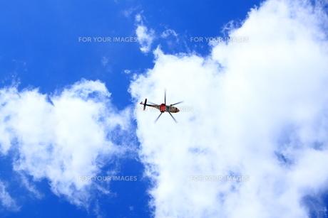 青空とヘリコプターの写真素材 [FYI00322074]