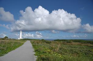 東平安名崎の灯台と雲の写真素材 [FYI00322640]