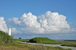 東平安名崎の灯台と雲と虹の写真素材 [FYI00322644]