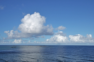 東平安名崎からのぞむ海と入道雲の写真素材 [FYI00322656]