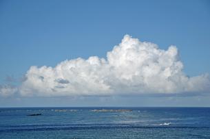 東平安名崎からのぞむ海と入道雲の写真素材 [FYI00322670]