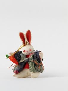 人参をぶら下げた子うさぎの帯飾りの写真素材 [FYI00322682]