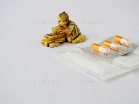 薬研の根付と薬剤の写真素材 [FYI00322685]
