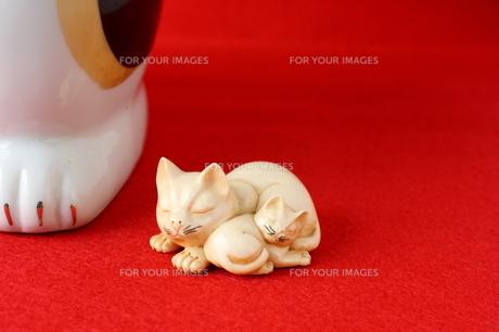 招き猫とネコの親子の写真素材 [FYI00322686]