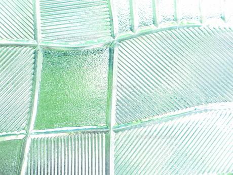 緑が映える型ガラスの素材 [FYI00322689]