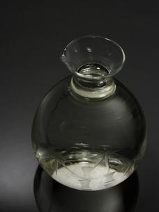 黒いテーブル上の日本酒の写真素材 [FYI00322691]