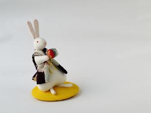 手まりで遊ぶうさぎの置物の素材 [FYI00322695]