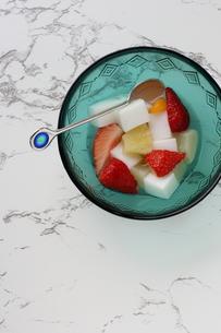 大理石テーブルの上のデザートの写真素材 [FYI00322697]