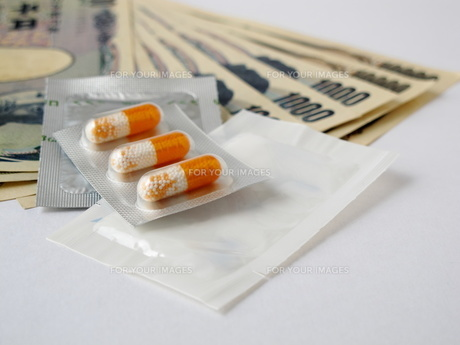 お金と薬剤の写真素材 [FYI00322707]