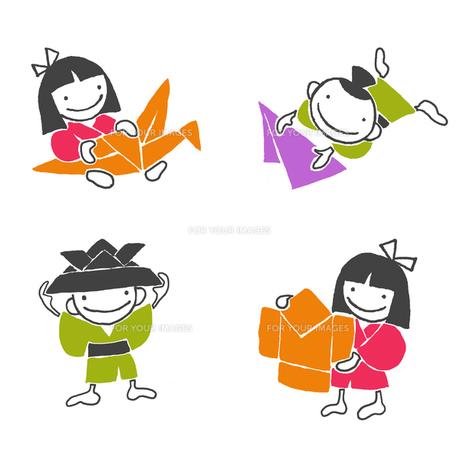 折り紙で遊ぶ男の子と女の子の素材 [FYI00322929]