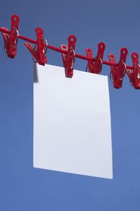洗濯バサミ メモの写真素材 [FYI00323196]