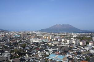 鹿児島市内方面から桜島を望むの写真素材 [FYI00323296]