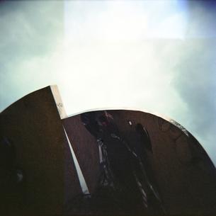 空と金属板の写真素材 [FYI00323369]