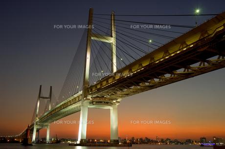 夕景とベイブリッジの素材 [FYI00323447]