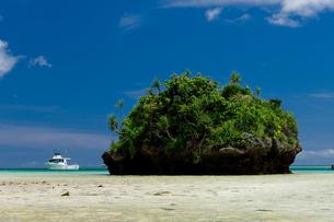 小島とボートの写真素材 [FYI00323453]