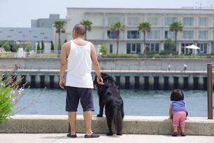 父娘と飼い犬との写真素材 [FYI00323557]