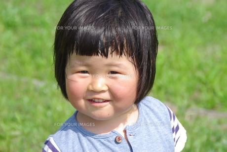 笑顔の女の子の写真素材 [FYI00323566]