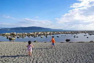 海岸で遊ぶ子供の写真素材 [FYI00323567]