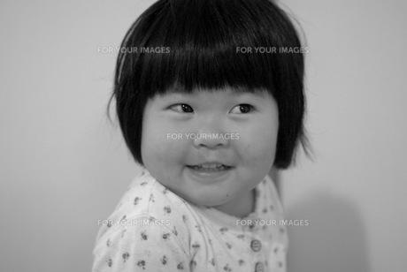 愛嬌のある女の子の写真素材 [FYI00323572]