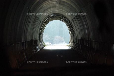 トンネルを抜けるとの写真素材 [FYI00323597]