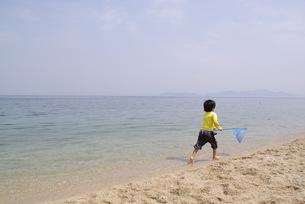 水辺を走る少年の写真素材 [FYI00323606]