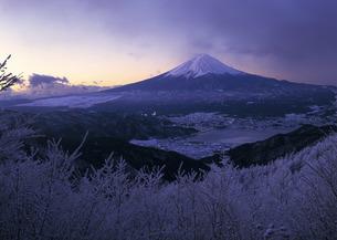 冬の富士山と河口湖町の写真素材 [FYI00323805]
