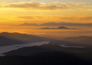 乗鞍-秋の夜明けと雲海の写真素材 [FYI00323810]