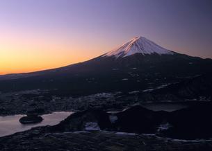 冬の富士山と河口湖町の写真素材 [FYI00323865]