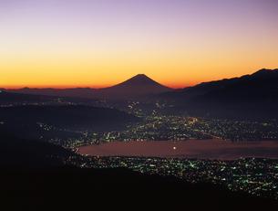 夕暮れの富士山と河口湖町の写真素材 [FYI00323895]