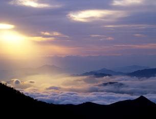 雲海と光の帯の写真素材 [FYI00323915]