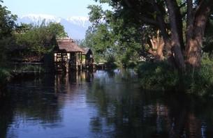 水車小屋とアルプスの写真素材 [FYI00323960]
