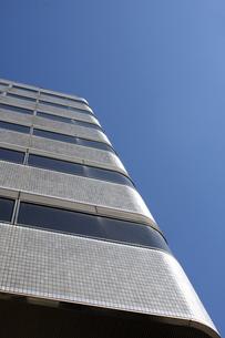 ビルの壁面と青空の写真素材 [FYI00324043]