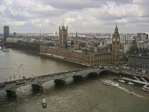 空から見たウェストミンスター宮殿とテムズ川の写真素材 [FYI00324420]
