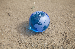 砂地の地球の写真素材 [FYI00324619]