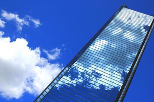 青空の高層ビルの写真素材 [FYI00325055]