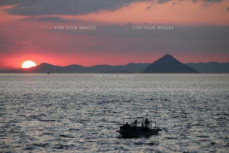夕日と漁船の素材 [FYI00325095]