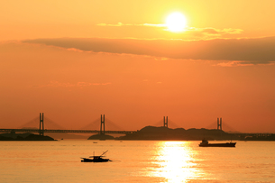 夕日と瀬戸大橋の写真素材 [FYI00325096]