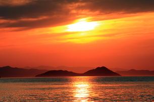 瀬戸内に沈む夕日Ⅱの素材 [FYI00325102]
