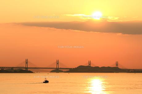 夕日と漁船の素材 [FYI00325106]