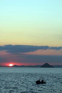 瀬戸内海の夕日の素材 [FYI00325107]